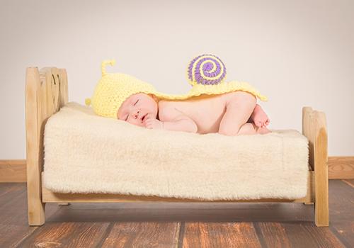 Bébé-lit-sommeil-bois-vêtement