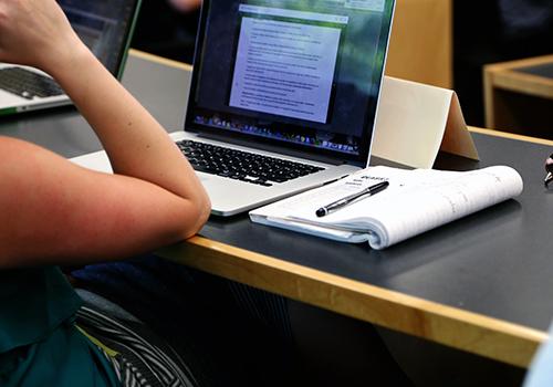 notes-ordinateur-étudiant-conférence