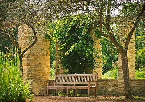 parc-banc-arbre-colonne-pierre-sérénité-paix-Christelle-Vinals-Maître de Reiki- Ain- Lyon-Genève-Bourg en Bresse-07 88 49 16 93