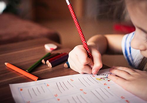 enfant-bureau-crayon-dessin-feuille